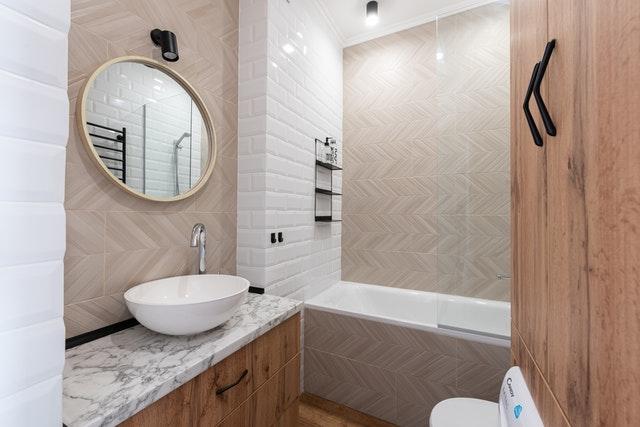 moderne badkamer met visgraat